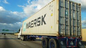 马士基运输货柜,卡车 免版税库存图片
