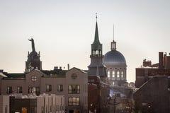 马尔什Bonsecours在蒙特利尔,魁北克,加拿大,到光里早晨冬天,围拢由其他历史大厦 库存图片
