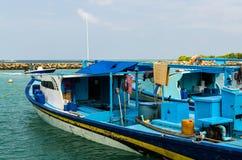 """马尔代夫†""""2017年11月:在船坞的明亮的渔船,热带Gulhi海岛在印度洋,马尔代夫 免版税库存照片"""