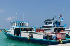"""马尔代夫†""""2017年11月:明亮的渔船在船坞,热带Gulhi海岛在印度洋,马尔代夫 库存照片"""