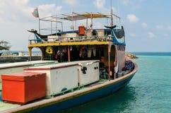 """马尔代夫†""""2017年11月17日:在码头附近的明亮的渔船,热带Gulhi海岛在印度洋,马尔代夫 免版税库存照片"""