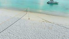 马尔代夫、美丽的绿松石水域和白色沙滩的令人惊讶的海岛有天空蔚蓝背景为假日 股票视频