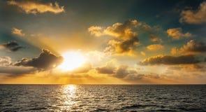 马尔代夫日落 在海洋的美好的五颜六色的日落在从海滩看见的马尔代夫 惊人的日落和海滩在M 免版税库存照片