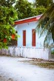 马尔代夫村庄典型的白色简单的农村房子建筑学  免版税库存照片