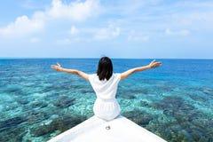 马尔代夫的小船的一个女孩 免版税图库摄影