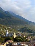 从马尔切西内观看的加尔达湖山 库存图片