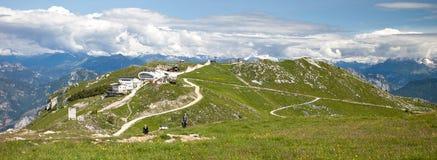 马尔切西内,意大利- 2013年6月26日:游人在马尔切西内上的山走在缆索铁路的驻地附近 免版税库存照片