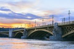 马尔吉特横跨多瑙河掩藏了在日落。布达佩斯 库存照片