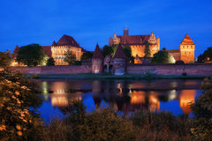 马尔堡城堡在夜之前在波兰 库存照片