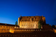 马尔堡城堡在晚上在波兰 免版税库存图片