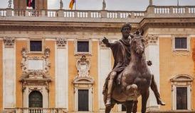 马尔库斯・奥列里乌斯骑马古铜色雕象在罗马 库存照片