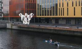 马尔摩,瑞典- 2016年10月23日:两个人实践的乘独木舟在马尔摩,瑞典的中心 免版税图库摄影
