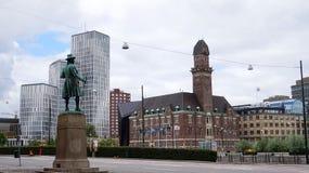 马尔摩,瑞典- 2017年5月31日:瑞典商人法兰Suell雕象的看法注意从Norra Vallgatan的马尔摩市 库存图片