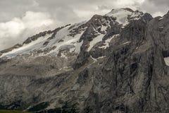 马尔莫拉达山断层块岩石墙壁 白云岩 意大利 免版税库存图片