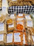 马尔萨什洛克,马耳他- 2018年5月:在传统星期天fishmarket烤的盒蚕豆 免版税库存图片