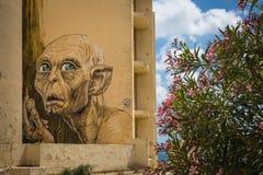 马尔萨斯卡拉,马耳他- 2016年5月03日:在一个大厦的街道画在co下 免版税库存照片
