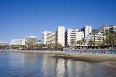马尔韦利亚海滩和市地平线在西班牙 免版税图库摄影