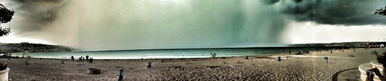 马尔马拉海云彩Panaromic视图在伊斯坦布尔, b cekmece海滩 免版税库存图片