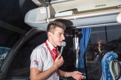 马尔马里斯港,土耳其- 2018年5月19日:与一个话筒的男性导游在公共汽车上 库存图片