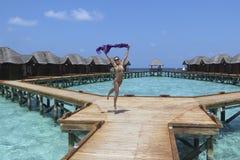 马尔代夫手段的跳跃的女孩 免版税图库摄影