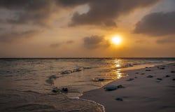 马尔代夫日落 在海洋的美好的五颜六色的日落在从海滩看见的马尔代夫 惊人的日落和海滩 免版税库存照片