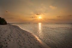 马尔代夫日落 在海洋的美好的五颜六色的日落在从海滩看见的马尔代夫 惊人的日落和海滩 免版税库存图片