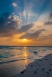 马尔代夫日落 在海洋的美好的五颜六色的日落在从海滩看见的马尔代夫 惊人的日落和海滩 库存照片