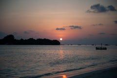 马尔代夫晒黑集合日出秀丽海视图 免版税库存图片