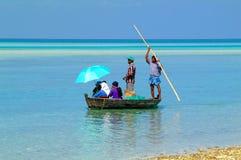 马尔代夫的海岛生活乘小船移动 免版税图库摄影