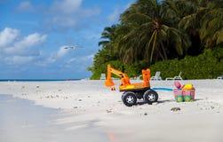 马尔代夫,在海滩的挖掘机 库存照片