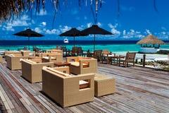 马尔代夫,热带天堂,与家具的酒吧 免版税库存照片