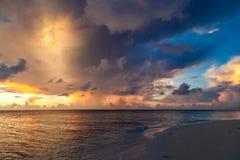 马尔代夫,热带天堂,在海滩的日出 库存图片