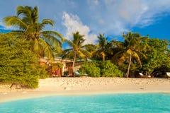 马尔代夫,热带天堂,由海滩的别墅 免版税库存图片