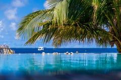 马尔代夫,热带天堂,从水池的看法向海 免版税库存照片