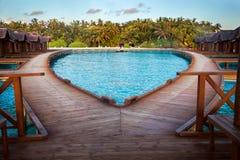 马尔代夫,由水别墅的桥梁,看法到海岛 库存照片