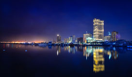 马尼拉湾夜视图在菲律宾 免版税库存图片