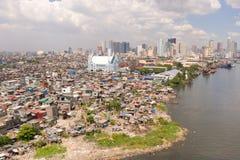 马尼拉都市风景,有贫民窟和摩天大楼的 海港和住宅区 穷和富有对比  库存图片