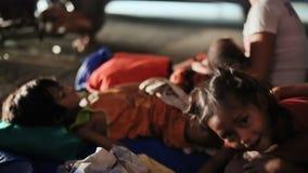 马尼拉,菲律宾- 2018年1月5日:睡觉在街道上的一个无家可归,可怜的菲律宾家庭在路附近 马尼拉 股票视频