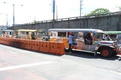 马尼拉- 5月17 :为他们的拥挤seati已知的五颜六色的jeepneys 库存照片