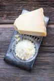 巴马干酪在土气木头的Reggiano乳酪。 免版税库存图片