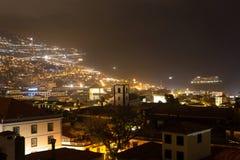 马德拉岛丰沙尔,葡萄牙的首都的美好的夜视图 库存照片