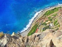 马德拉岛的大西洋海岛的陡峭的海岸的角度图 免版税库存照片