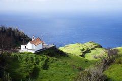 马德拉岛的山的美丽的老教会在海洋边缘的 库存照片