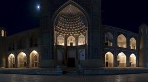 马德拉斯在晚上,布哈拉,乌兹别克斯坦照亮了 库存图片