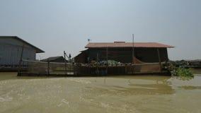 马德望省,柬埔寨-大约2018年3月:从暹粒的小船旅行向金边 股票视频