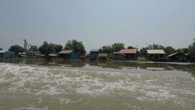马德望省,柬埔寨-大约2018年3月:从暹粒的小船旅行向金边 影视素材