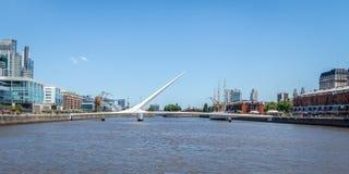 马德罗港和普恩特de la Mujer Womens桥梁-布宜诺斯艾利斯,阿根廷 库存图片