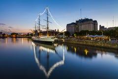 马德罗港在晚上,布宜诺斯艾利斯, 库存照片