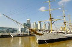 马德罗港看法,布宜诺斯艾利斯的现代部分 免版税库存图片