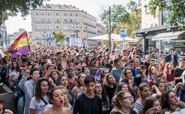马德里、西班牙- 2016年10月26日-有旗子的在抗议的学生和标志反对教育政治在马德里,西班牙 免版税库存照片